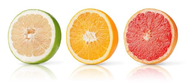 Zitrusfrucht halbiert sammlung von grapefruit, orange und süßigkeit lokalisiert auf weißem hintergrund.