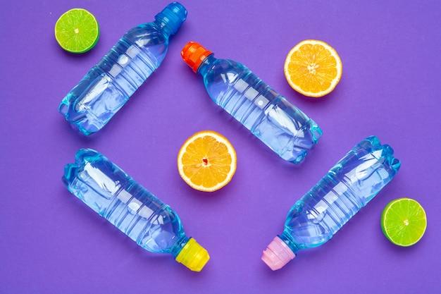 Zitrusfrucht hineingegossene wasserflasche, flache lage, draufsicht