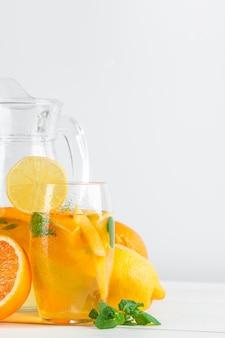 Zitrusfruchtlimonade, sommergetränk auf weißem hintergrund