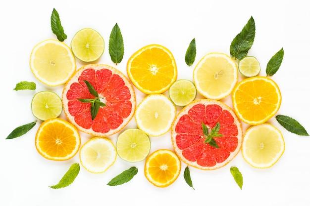 Zitrusfruchtnahrungsmittelmuster auf weißem hintergrund - sortierte zitrusfrüchte mit tadellosen blättern