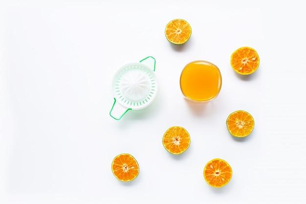 Zitrusfruchtorangensaftpresse mit orangen auf weiß