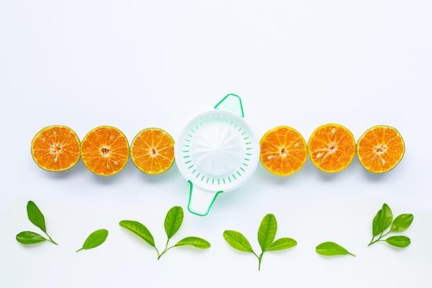 Zitrusfruchtorangensaftpresse mit orangenfrucht auf weiß