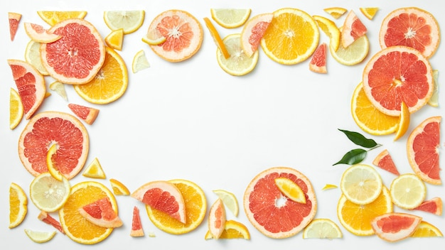 Zitrusfruchtrahmen von zitrusscheiben isoliert auf weißem tisch als symbol für gesunde ernährung und stärkung des immunsystems mit natürlichen vitaminen.