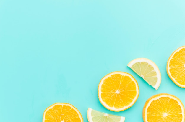 Zitrusfruchtscheiben auf tabelle
