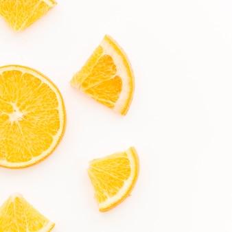 Zitrusfruchtscheiben auf weißem hintergrund