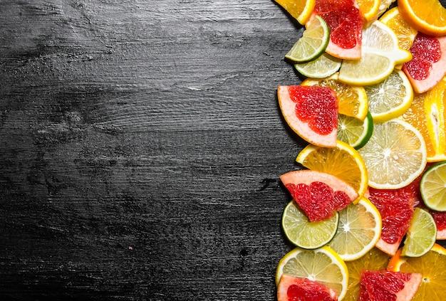 Zitrusfruchtscheiben - grapefruit, orange, mandarine, zitrone, limette.