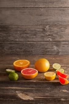 Zitrusfrüchte auf altem hölzernen hintergrund
