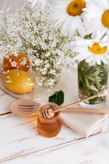 Zitrusfrüchte auf dem tisch in der nähe von honig