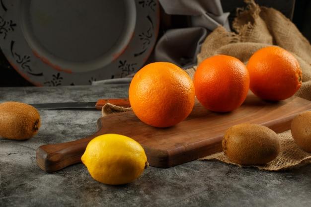 Zitrusfrüchte auf einem schneidebrett.