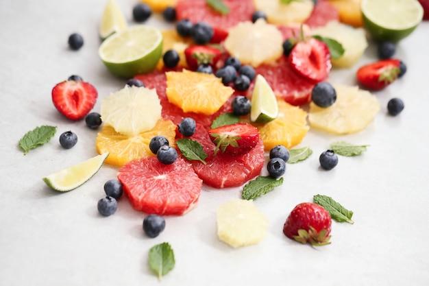 Zitrusfrüchte, beeren und blätter