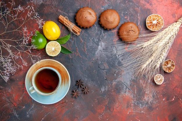 Zitrusfrüchte drei cupcakes zitrusfrüchte eine tasse tee sternanis