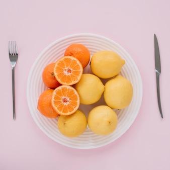 Zitrusfrüchte in eine schüssel geben