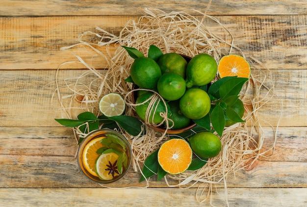 Zitrusfrüchte in einer kanne mit kräutertee