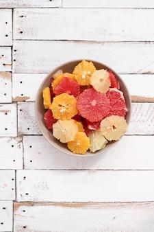 Zitrusfrüchte in einer schüssel