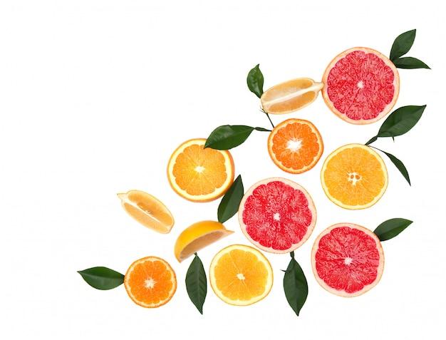 Zitrusfrüchte isoliert auf leerraum. isolierte zitrusfrüchte. stücke von zitrone, rosa grapefruit und orange lokalisiert auf weißem raum, mit beschneidungspfad. draufsicht