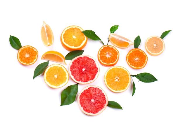 Zitrusfrüchte isoliert auf leerraum. isolierte zitrusfrüchte. stücke von zitrone, rosa grapefruit und orange lokalisiert auf weißem raum, mit beschneidungspfad. draufsicht.