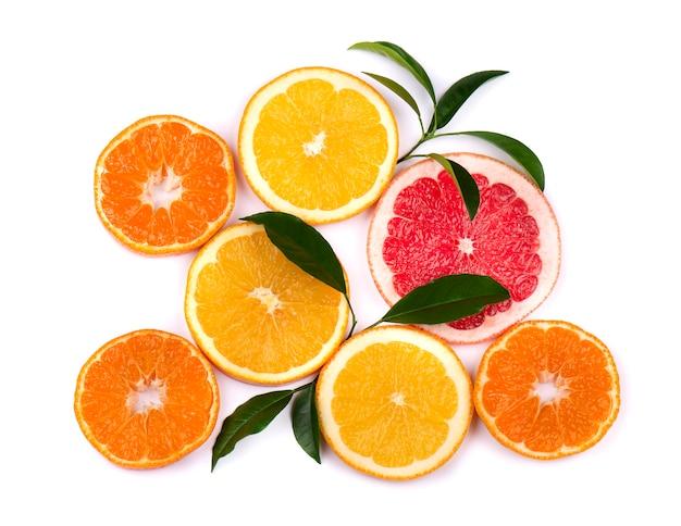 Zitrusfrüchte isoliert auf weiß. isolierte zitrusfrüchte. stücke von mandarine, rosa grapefruit und orange lokalisiert auf weiß, mit beschneidungspfad. draufsicht.
