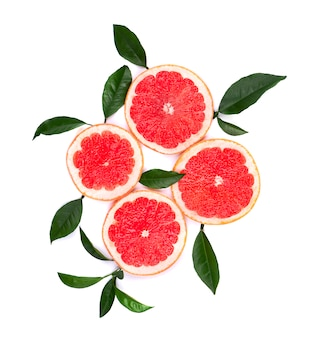 Zitrusfrüchte isoliert auf weiß. stücke der rosa grapefruit lokalisiert auf weiß mit beschneidungspfad. draufsicht.