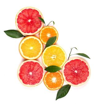 Zitrusfrüchte isoliert. isolierte zitrusfrüchte. stücke von zitrone, rosa grapefruit und orange isoliert mit schnittpfad. draufsicht