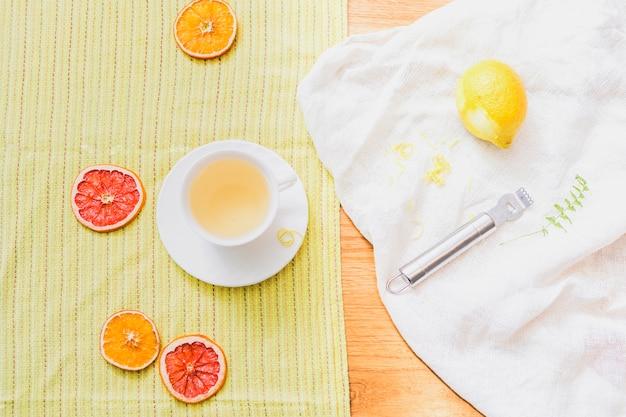 Zitrusfrüchte mit schäler und getränkezusammensetzung