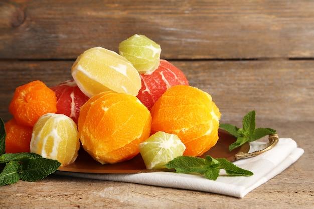 Zitrusfrüchte ohne haut auf tablett, auf holzuntergrund