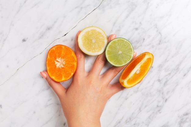 Zitrusfrüchte. orange, zitrone, pampelmuse, mandarine und kalk auf einem modischen stein