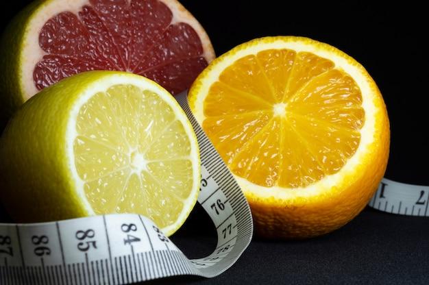 Zitrusfrüchte schneiden: zitrone, orange und grapefruit mit maßband