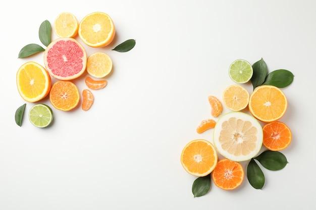 Zitrusfrüchte und blätter auf weißem hintergrund, platz für text