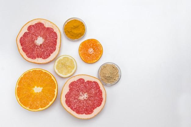Zitrusfrüchte und trockener ingwer und kurkuma zur stärkung der immunität. medizinische ernährung zu hause. flach liegen. speicherplatz kopieren