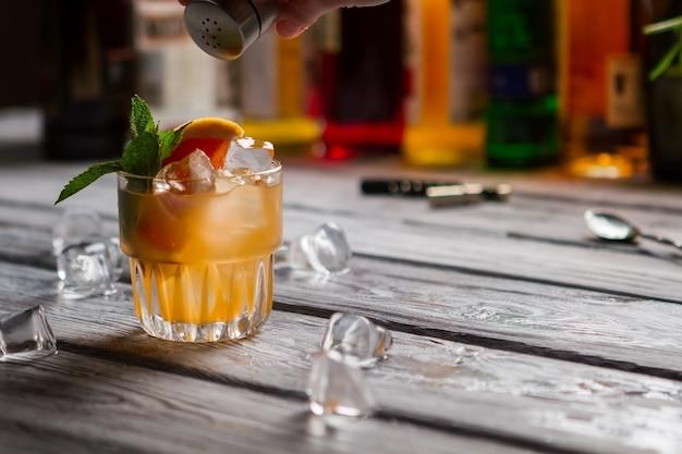 Zitrusfrüchte und zimtpulver. frischer cobas-cocktail.