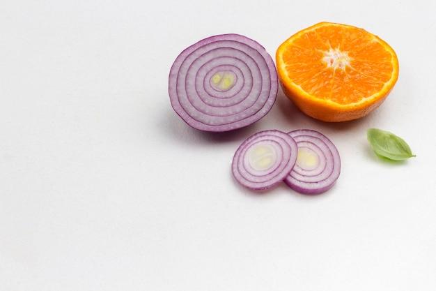 Zitrusfrüchte und zwiebeln zur stärkung der immunität. medizinische ernährung zu hause. draufsicht. speicherplatz kopieren