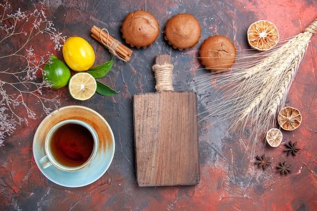 Zitrusfrüchte weizenähren cupcakes zitrusfrüchte eine tasse tee das schneidebrett