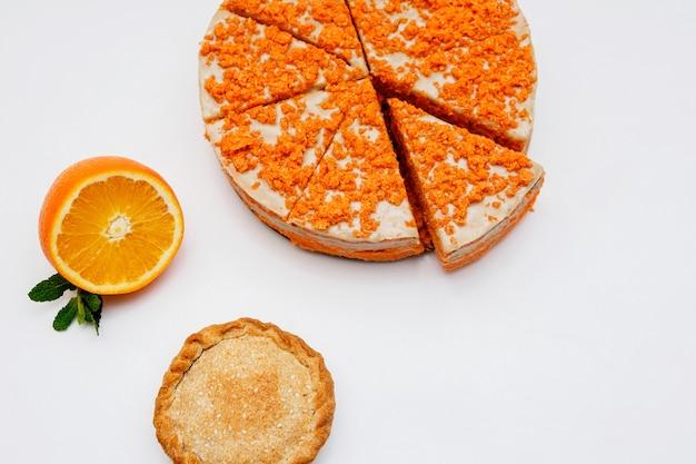 Zitruskuchen auf weißem hintergrund. hausgemachter kuchen mit blutigen orangen, zitrusfrüchten. ansicht von oben.