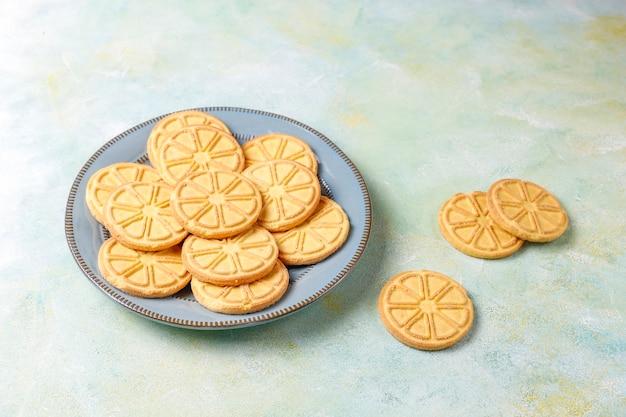 Zitrusscheiben geformte köstliche kekse.