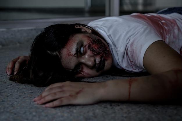 Zombie-frauenkostüm und make-up für halloween-festival. gruseliger geist mit horror- und dunkelheitsszene.