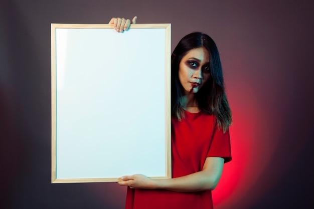 Zombie-mädchen mit whiteboard
