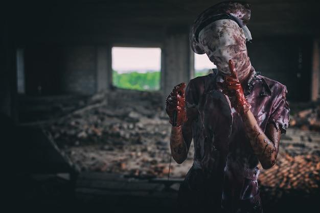 Zombie womanhorror erschoss das beängstigend böse verrückte krankenschwesterpsychose womanhalloween thema dunkel