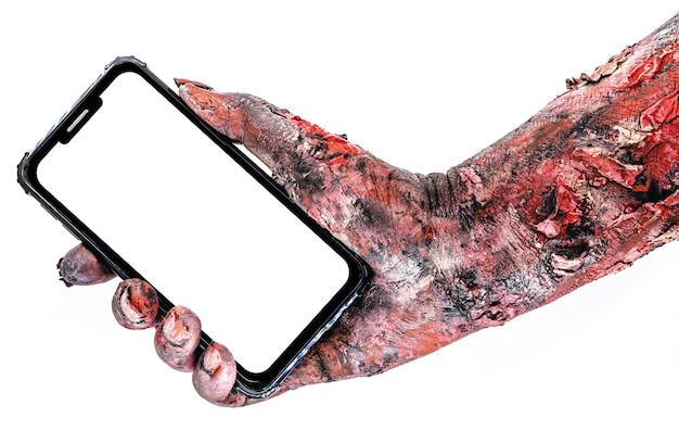 Zombiearm oder lebender toter, der smartphone-gerät hält, konzept der zellsucht oder kopienraum.