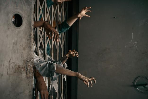 Zombiehände ragen aus dem fahrstuhl, tödliche jagd. horror in der stadt, gruselige krabbeltiere, weltuntergangsapokalypse, blutige monster