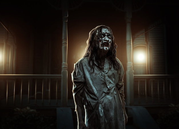 Zombiemädchen nahe dem verlassenen haus grusel. halloween