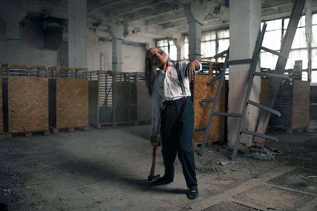 Zombiemann, untoter mensch in verlassener fabrik