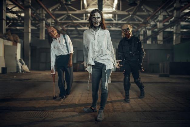 Zombies auf der suche nach frischem fleisch in verlassener fabrik, unheimlicher ort. horror in der stadt, gruselige krabbeltiere, weltuntergangsapokalypse, blutige böse monster