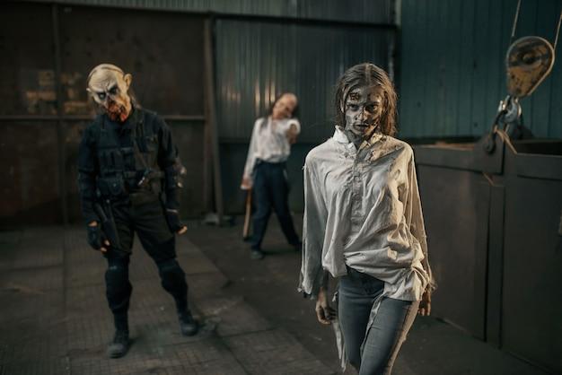Zombies auf der suche nach frischem fleisch, verlassene fabrik