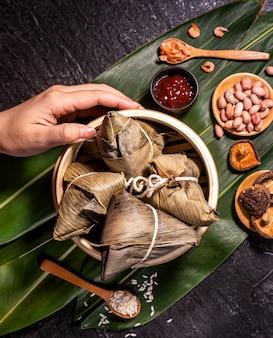 Zongzi, köstliche frische, heiße, gedämpfte reisknödel im dampfgarer. berühmtes asiatisches leckeres essen im drachenboot-duanwu-festival