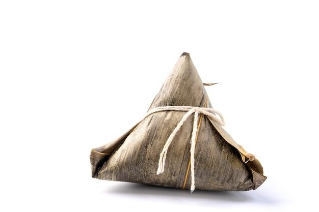 Zongzi, reisknödel - designkonzept des berühmten essens im duanwu drachenbootfest, nahaufnahme, beschneidungspfad, ausgeschnitten, lokalisiert auf weißem hintergrund