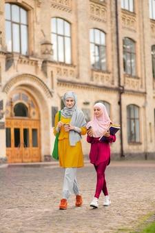Zu fuß zu den klassen. internationale muslimische studenten, die morgens zusammen zum unterricht gehen
