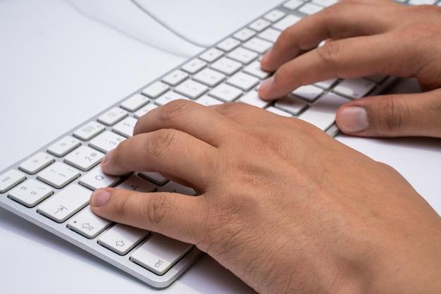 Zu hause arbeiten mit laptopmännern, die ein blog schreiben. tippen auf einer tastatur. programmierer oder computerhacker