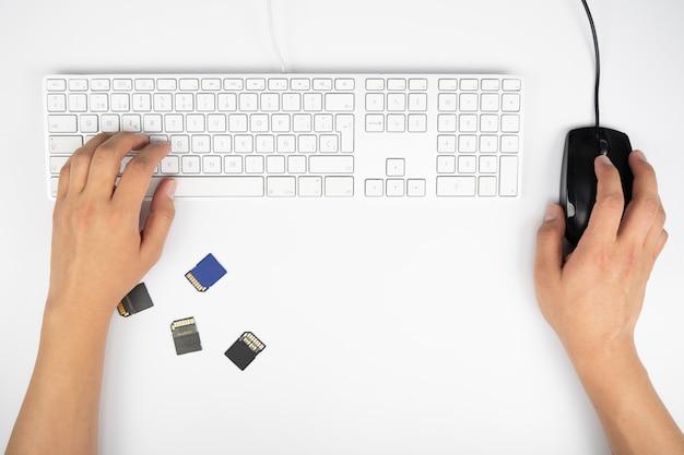 Zu hause arbeiten mit laptopmännern, die ein blog schreiben.