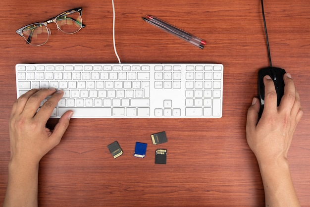 Zu hause arbeiten mit laptopmännern, die ein blog schreiben