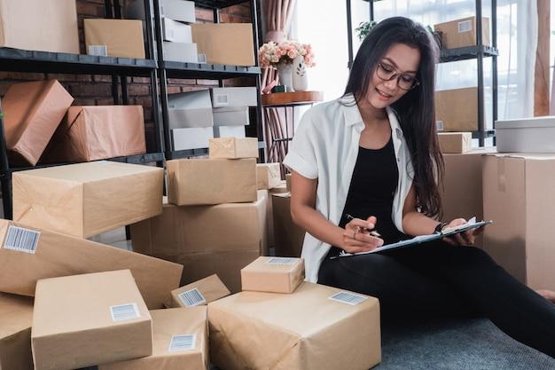 Zu hause arbeiten und versandpakete prüfen